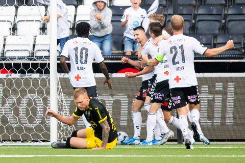 Elbasan Rashani jubler sammen med agkameratene i Odd etter å ha utignet til 1-1 mot Lillestrøm.   Foto: Teigen, Trond Reidar / NTB scanpix