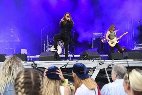 Rocker på: Den lokale helten Eirik Søfteland og bandet Sipher, fikk sammen med Sondre Justad opp temperaturen blant festivalgjengerne i helgen. ALLE FOTO: RUNE JOHANSEN