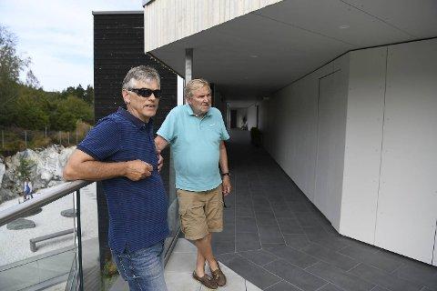 Arne Faannessen og Kjell Bertelsen i Slåtten terrasse er oppgitte over at utbyggeren Webu ikke har tatt hensyn til naboene, men har holdt på en støyende steinknusing på tomten like ved fra tidlig morgen til utpå kvelden.