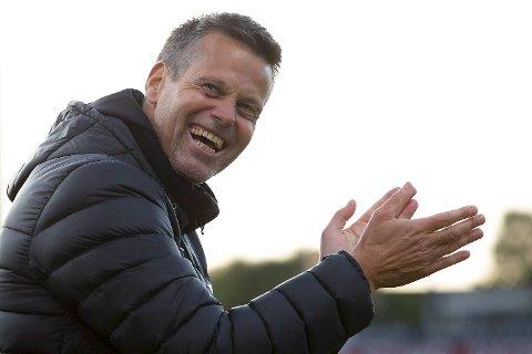 Kjetil Knutsen kan sannelig smile, han har ført Bodø/Glimt til tabelltoppen! Her jubler arnabuen etter 2-1-seieren i over Kristiansund onsdag. Foto: NTB scanpix