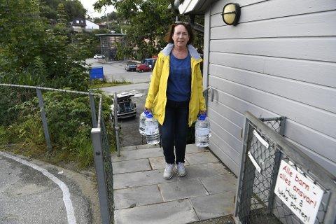 Lilly Korsvold er barnehagestyrer i Idavollen barnehage på Nesttun. Her kommer hun med forsyninger til de små.