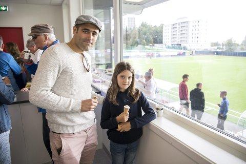 Pappa Jørgen og Danielle Veland fikk kose seg i VIP-losjen på Stemmemyren. Her fikk de mat, og ikke minst is!