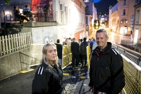 Lise Nilsen og Arne Rødberg i Bergen brannvesen deltok på kontrollen av utestedene natt til lørdag. Her er de utenfor Kvartet i Olav Kyrres gate