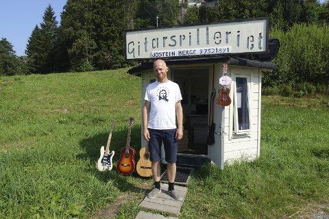 På fire kvadratmeter har Jostein Berge laget sin egen arbeidsplass og butikk. – Det kan fort bli rotete med så liten plass, men tar kort tid å rydde!