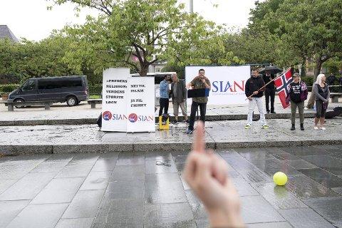 Den mildt sagt omstridte organisasjonen SIAN holder lørdag appell på Festplassen, slik de gjorde for ganske nøyaktig ett år siden. Den gangen ble det veldig amper stemning.