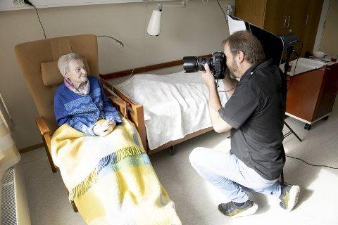 Arne Årseth jobber med bokprosjektet «100 over hundre» der han møter mennesker i Hordaland og Sogn og Fjordane som har til felles at de alle har feiret sin 100-årsdag! Her er det Berta Austgulen – som fyller 106 år 1. september – som blir foreviget.
