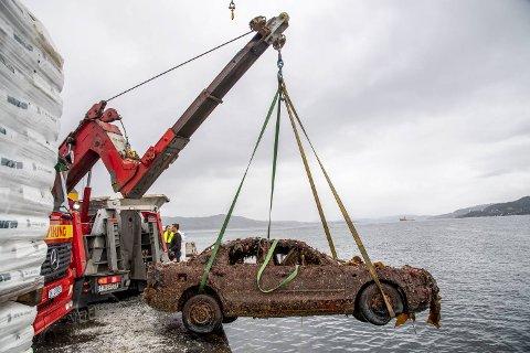 Viking sto fredag for oppheisingen av denne personbilen med assistanse fra dykkere fra IMC Diving. Mitsubishi Galanten ble meldt stjålet tilbake i 2006, ifølge Tryg.