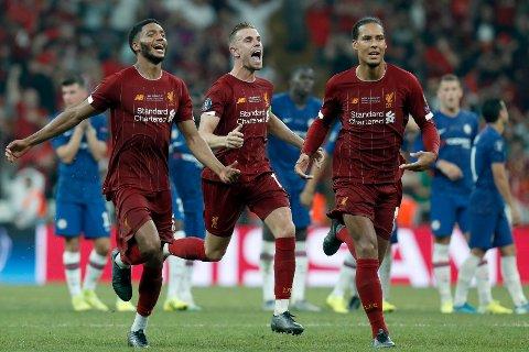 Liverpool-spillerne Joe Gomez, Jordan Henderson og Virgil Van Dijk jubler etter seieren i Super Cup-finalen mot Chelsea. (AP Photo/Lefteris Pitarakis)