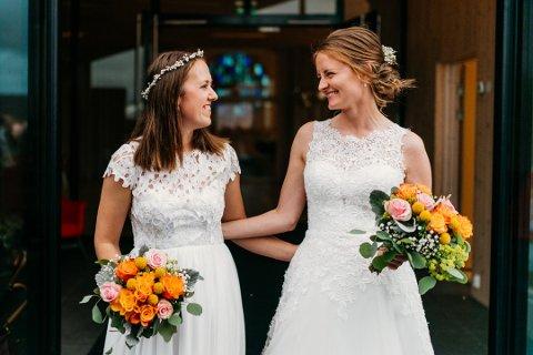 Lørdag 17. august giftet Tone Marit Håland Dyrkolbotn (t.h) og Anna Osland Øvretveit seg i en stappfull Knarvik kyrkje.