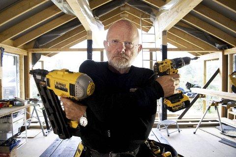 Harald Bilberg har det meste av utstyr til å snekre og bygge. Etter omfattende arbeid på familiehytten, kjøpte politiadvokaten også nabohytten for noen år siden. Det skal bli en flott gjestehytte.