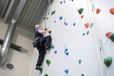 Vigdis Vestby tester ut det nye klatrerommet i Fantofthallen.