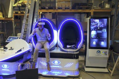 Direktør på Vilvite, Lars Leegaard Marøy tester ut noe av VR-utstyret (virtuell virkelighet) som kommer på vitensenteret etter høstferien.