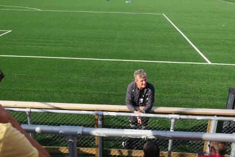 """""""Er det noe dere lurer på? Hvis det er noe med lagoppstillingen som er feil, vil jeg vite det før kampen"""", sa en fleipende og blid Lars Arne Nilsen til Brann-supporterne under oppvarmingen."""