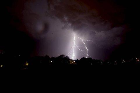 Det er spesielt tirsdag kveld at regnet skal være på sitt verste. Rundt midnatt vil nedbørsmengden mest sannsynlig dabbe av selv om det vil fortsette å regne.