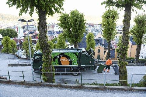 Renovatør Per Størksen i Bir var en av mange bossbilsjåfører som måtte gjøre seg kjent med nye bosspann da renovasjonsselskapet la om tømmerutene i vår. Her er han på jobb i Fjellsiden i Bergen sentrum. FOTO: RUNE JOHANSEN