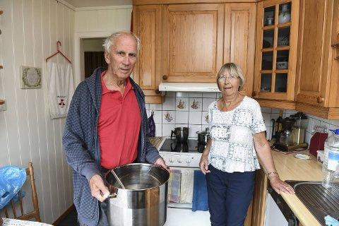 Jan og Randi Strømsnes i Tøssedalen ble begge alvorlig magesyke av drikkevannet. Nå tar de ingen sjanser og koker vannet på kjøkkenet. Foto: RUNE JOHANSEN