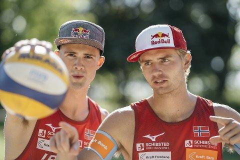 Sandvolleyballspillerne Anders Mol (t.v.) og Christian Sørum er enkelt videre i Moskva.