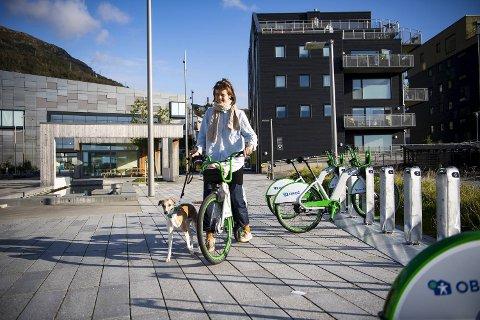 Maria Vallevik Borg er en av dem som setter pris på den nye bysykkel-stasjonen ved Møllestranden.