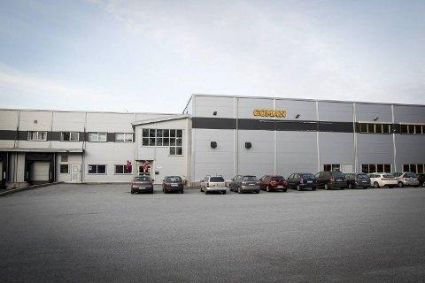 En mann i 40-årene fikk skade i en finger i en arbeidsulykke ved Goman Lindås onsdag kveld.