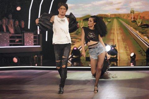 Adrian Sellevoll på dansegolvet saman med dansepartnar Lillian Aasebø. Forrige veke stod han i fare for å ryke ut. I kveld vil Adrian vise at han har jobba endå hardere. Foto: TV 2/Scanpix