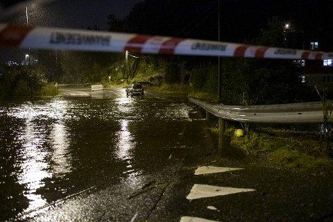 Veien i Sædalen er stengt på grunn av flom.