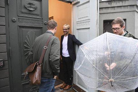 Byrådsleder Roger Valhammer holder døren åpen for Venstres Erlend Horn (t.v) og MDGs Thor Haakon Bakke. Tirsdag ettermiddag fortsatte sonderingene mellom Ap, KrF, V, MDG og SV.