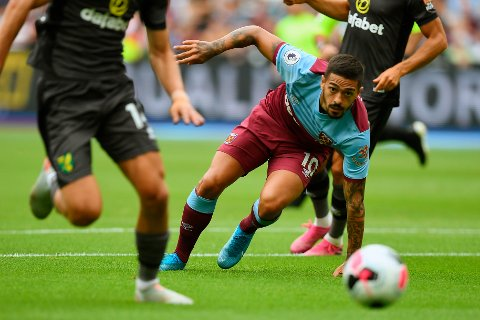 West Ham United's Manuel Lanzini eyes the ball during the English Premier League soccer match between West Ham United and Norwich at London Stadium in London, Saturday, Aug. 31, 2019.(AP Photo/Alberto Pezzali)