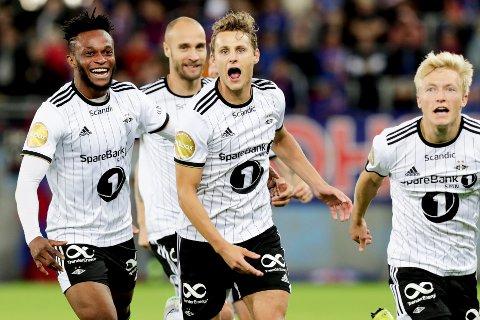 Rosenborg-spillerne jubler for Vegar Eggen Hedenstad sin scoring mot Vålerenga. De får det tøffere mot LASK i Europa League.