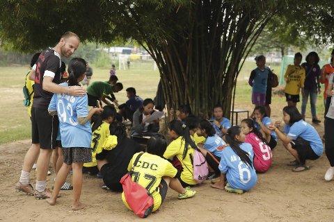 Ole G. Michelsen (38) fra Bergen jobber for den humanitære organisasjonen PlayOnside i Thailand. Organisasjonen hjelper barn og unge i flyktningeleire på grensen mellom Burma og Thailand.