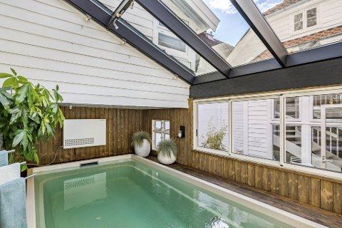 Badebasseng: Midt i den tette trehusbebyggelsen, har Jan Eggum et glassoverbygget badebasseng.
