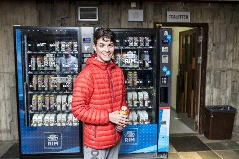 Både idrettsledere og ernæringseksperter er skeptiske til gjeninnføringen av sukkerholdig drikke, som sjokomelk og iste, i automatene i kommunens idrettshaller. En av brukerne er Gimle-elev Amir Sebastian Austgulen Hafiane (15). FOTO: SKJALG EKELAND