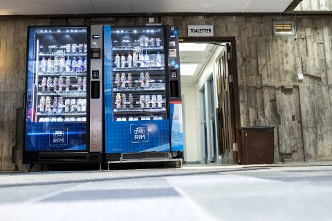 Tine har plassert ut automater med sjokomelk i idrettshaller. Her fra Haukelandshallen.