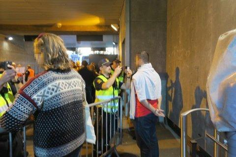 Brann-supporterne ble tatt bilde av. Det ble ikke godt mottatt.