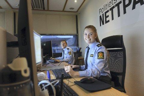 Hans Olav Ulvenes og Frida Nordem Føleide er to av tre ansatte operatører i den nye Nettpatruljen til Vest politidistrikt. Fra klokken 13 i dag sitter de klare for å svare på henvendelser fra publikum.   En operatør til skal bli ansatt på et senere tidspunkt.