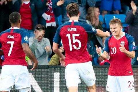 Joshua King, Martin Ødegaard og Sander Berge jubler for Ødegaard sin 2-0-scoring mot Romania på Ullevaal Stadion. Vi tror Matin Ødegaard og Norge får mer å juble for på fredag.  Foto: Lise Åserud / NTB scanpix
