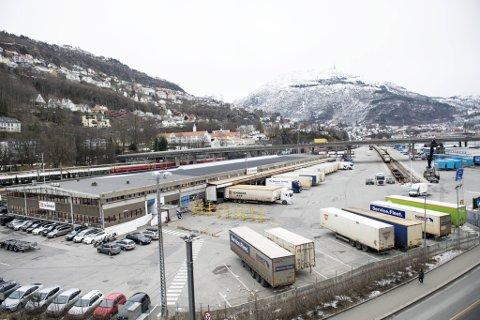 Postnord har fått beskjed om at de må flytte fra godsterminalen innen to år. Nå drar de Bane Nor for retten.