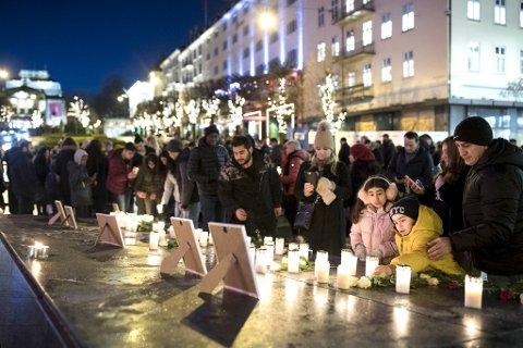 Gøkcen Altinpinar (48) og barna Melissa (14), Asmin (8) og Aras (6) var blant de mange som møtte opp for å minnes.