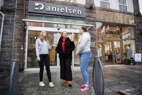 Mari Markussen (f.v.), Mathilde Mokkelbost og Andrea Osvold er kritiske til det konservative synet på homofilt samliv på Danielsen.