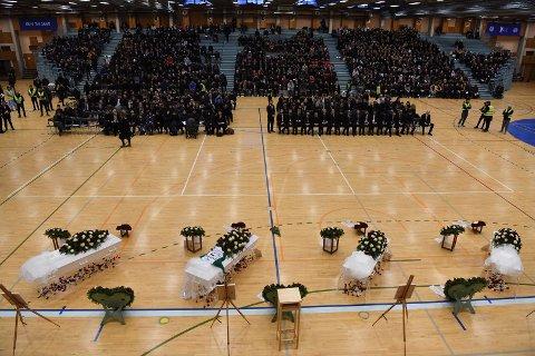 Rundt 1000 personer samlet seg i Haukelandshallen mandag under den gripende seremonien.