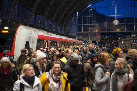 Unge togentusiaster kan få reise gratis med tog gjennom Europa. Bildet er fra togstasjonen i Bergen.