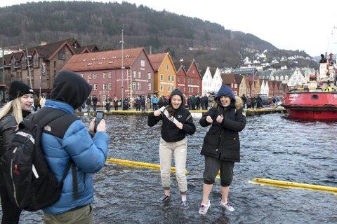 Det var ikke alle som var like godt skodd for å springfloen. Her vasser Mathilde (t.h.) og Sarah ut i vannet, mens Natalia (t.v.) og Emil ser på.