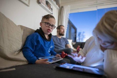 Hjemme hos Emil er det tid for avslapning etter middag. Linn-Christin Eik de Lange og Tore André Lunde visste ikke at det skulle komme ut en spesiell gutt da de skulle ha første barn.