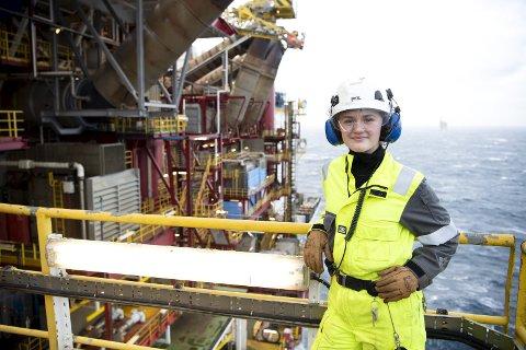 Tror på oljen: Odelsjenten Ane Seim Bergås fra Nordhordland har ennå ikke fylt 20 år, men har allerede jobbet halvannet år i Nordsjøen. Det håper hun å fortsette med. – Jeg trives med å jobbe                              i et mannsdominert miljø og føler jeg blir behandlet likt som alle andre, sier prosessoperatør-læringen til BA. Den gigantiske Gullfaks C-plattformen er 59 meter høyere enn Eiffeltårnet i Paris.  FOTO: ANDERS KJØLEN