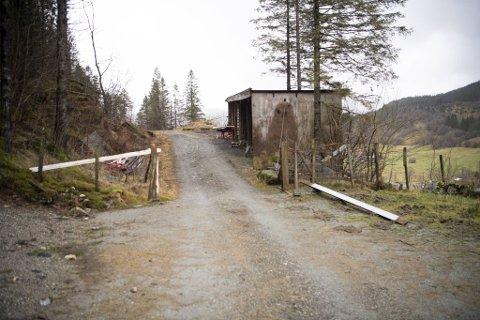 Her på denne private skogsveien i Langedalen sperret bonden varebilen inne.
