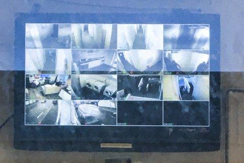 Fra kontoret i Møllendalsveien 19 kan de ansatte ved det midlertidige botilbudet følge med på alt som skjer. Fellesområdene, samt inngangspartiet og bakgården, blir filmet. BA vet at politiet har sikret seg videobildene.