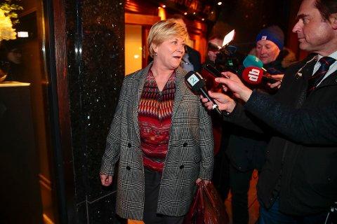 Frp-leder Siv Jensen på vei ut etter at partiledelsen er samlet til en møte på partikontoret for å ferdigstille kravene til statsminister Erna Solberg.