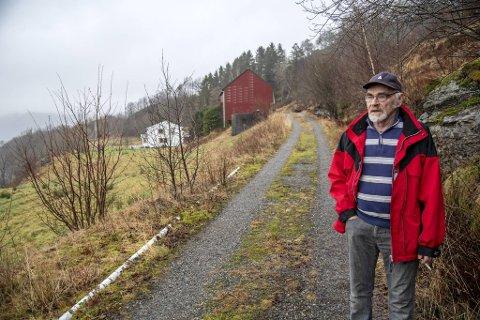 Erling Flæsland (75) frykter at det om få år vil stå høyspentmaster over tomten hans på Hamre på Osterøy. Han har ikke tenkt til å gi etter uten kamp: – De skal få høre hva jeg mener om dette! sier han.