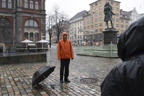 Folkemusiker Silje Solberg fremførte bekkalokksangen i regnet.