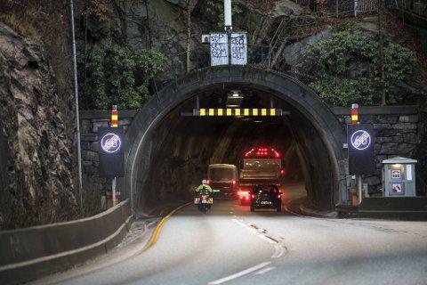 Det falt ned stein fra tunneltaket i Fløyfjellstunnelen tirsdag kveld. En bil punkterte og måtte taues fra stedet.