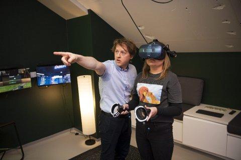 Amalie Rongved (17), her med Håkon Garfors i Helse Vest IKT, var blant de første som fikk teste det nye VR-rommet på Energisenteret på Haukeland sykehus.